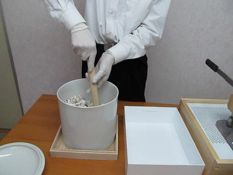 手作業の粉骨